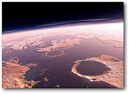 Компьютерная реконструкция Марса, каким он выглядел более 3,5 млрд. лет назад. Температура на Марсе тогда могла  быть комфортной даже по земным меркам. Часть планеты покрывали водоемы глубиной до 1,5 км.